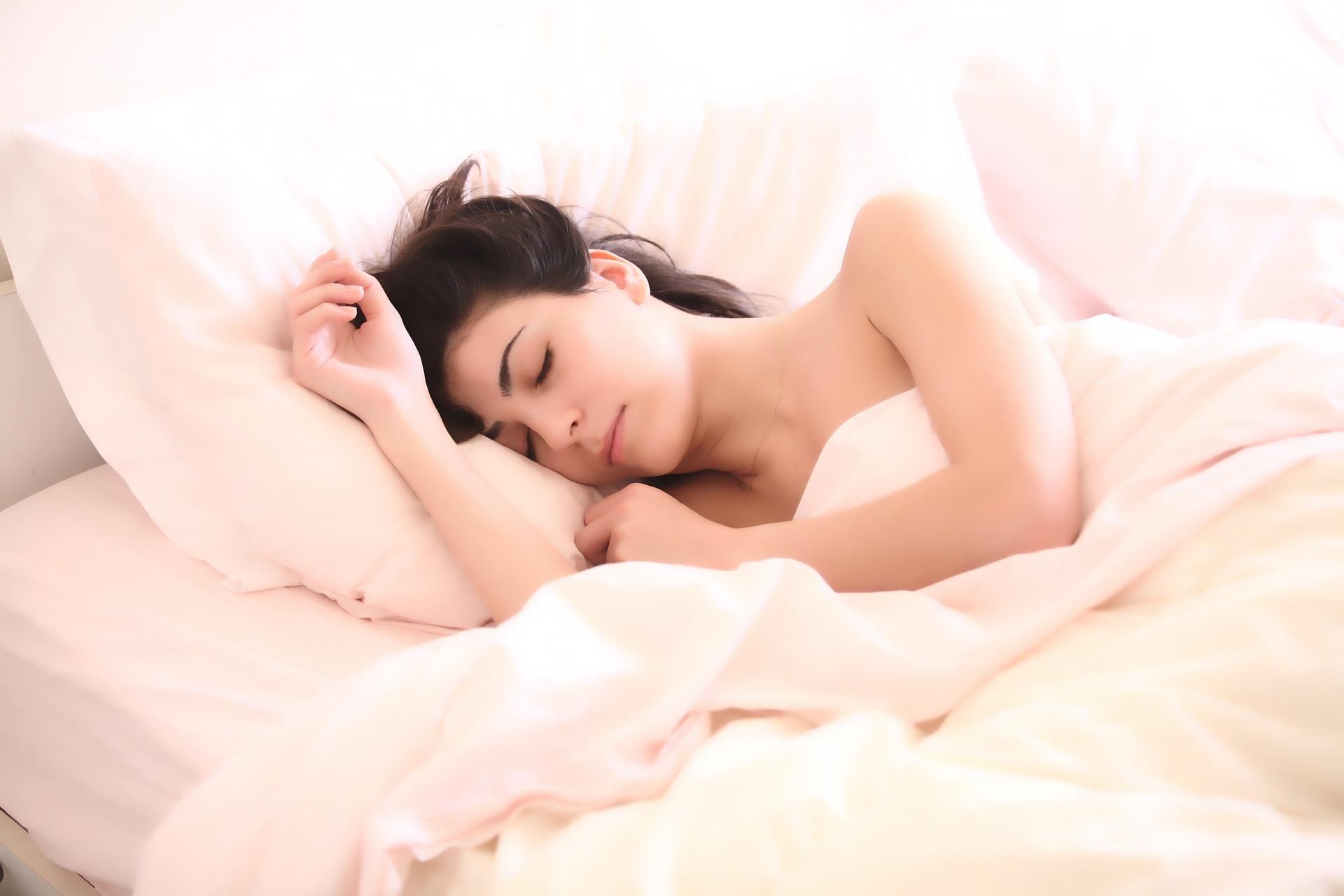 Poznáte všetky fázy spánku? Možno vás prekvapíme a spánok vylepšíme